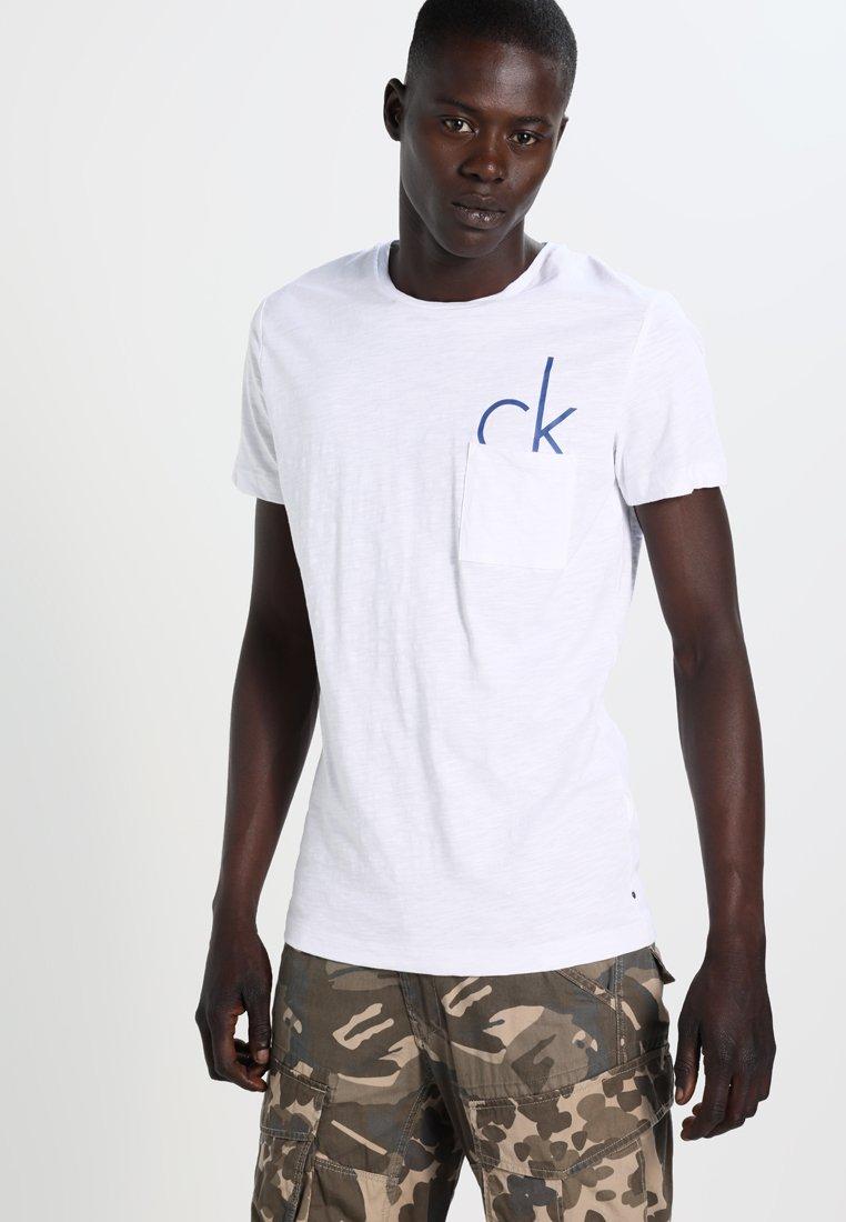 Calvin Klein Jeans - TYPE REGULAR FIT  - Triko spotiskem - white