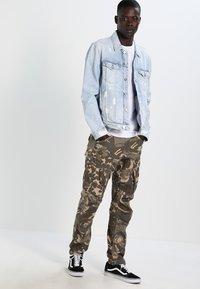 Calvin Klein Jeans - TYPE REGULAR FIT  - Triko spotiskem - white - 1