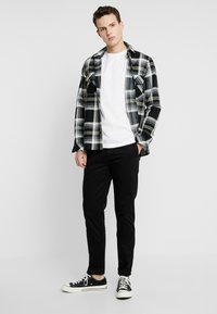 Calvin Klein Jeans - SMALL INSTIT LOGO CHEST TEE - Jednoduché triko - white - 1