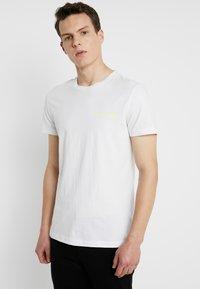Calvin Klein Jeans - SMALL INSTIT LOGO CHEST TEE - Jednoduché triko - white - 0