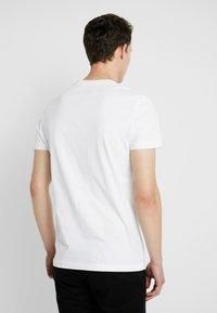 Calvin Klein Jeans - SMALL INSTIT LOGO CHEST TEE - Jednoduché triko - white - 2