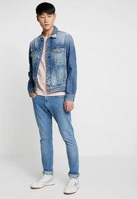 Calvin Klein Jeans - SMALL INSTIT LOGO CHEST TEE - Jednoduché triko - pink - 1