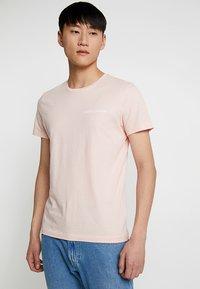 Calvin Klein Jeans - SMALL INSTIT LOGO CHEST TEE - Jednoduché triko - pink - 0