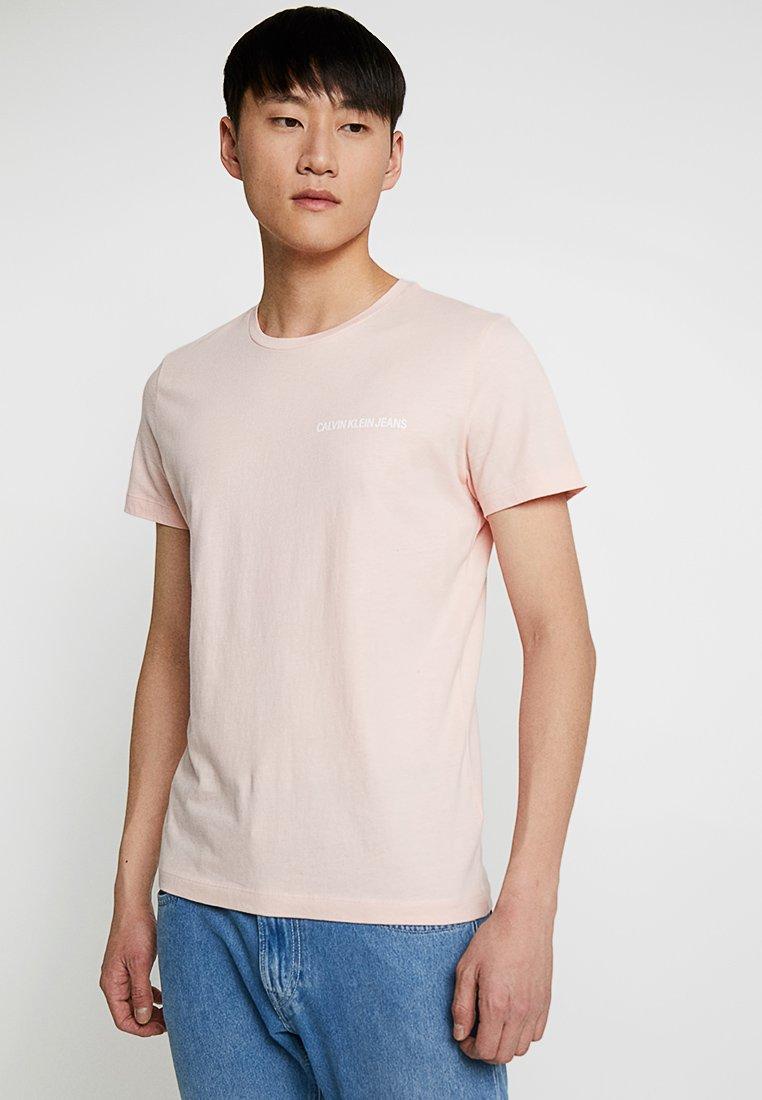 Calvin Klein Jeans - SMALL INSTIT LOGO CHEST TEE - Jednoduché triko - pink