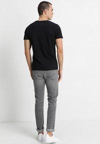 Calvin Klein Jeans - SMALL INSTIT LOGO CHEST TEE - T-shirt basic - black - 2