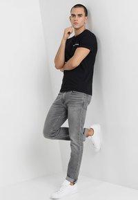 Calvin Klein Jeans - SMALL INSTIT LOGO CHEST TEE - T-shirt basic - black - 1