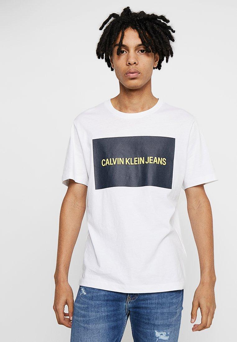 Calvin Klein Jeans - INSTITUTIONAL BOX LOGO TEE - T-shirt med print - white