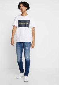 Calvin Klein Jeans - INSTITUTIONAL BOX LOGO TEE - T-shirt med print - white - 1