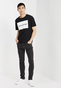 Calvin Klein Jeans - INSTITUTIONAL BOX LOGO TEE - T-shirt med print - black/bright white - 1