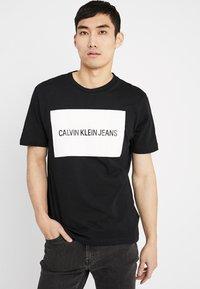 Calvin Klein Jeans - INSTITUTIONAL BOX LOGO TEE - T-shirt med print - black/bright white - 0