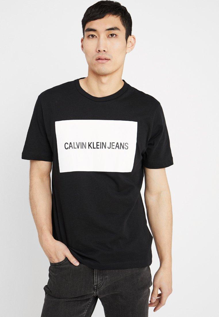 Calvin Klein Jeans - INSTITUTIONAL BOX LOGO TEE - T-shirt med print - black/bright white