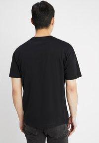 Calvin Klein Jeans - INSTITUTIONAL BOX LOGO TEE - T-shirt med print - black/bright white - 2