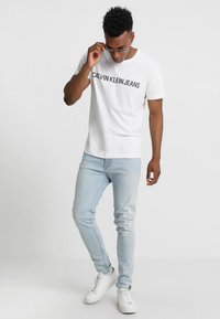 Calvin Klein Jeans - CORE INSTITUTIONAL LOGO TEE - Camiseta estampada - bright white - 1