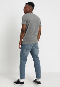 Calvin Klein Jeans - CORE INSTITUTIONAL LOGO TEE - Camiseta estampada - grey heather - 2