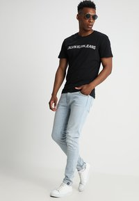 Calvin Klein Jeans - CORE INSTITUTIONAL LOGO TEE - Print T-shirt - ck black - 1