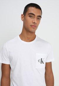 Calvin Klein Jeans - MONOGRAM POCKET SLIM TEE - T-shirt med print - white - 3