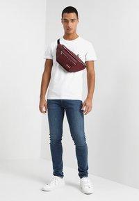 Calvin Klein Jeans - MONOGRAM POCKET SLIM TEE - T-shirt med print - white - 1