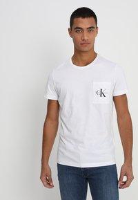 Calvin Klein Jeans - MONOGRAM POCKET SLIM TEE - T-shirt med print - white - 0