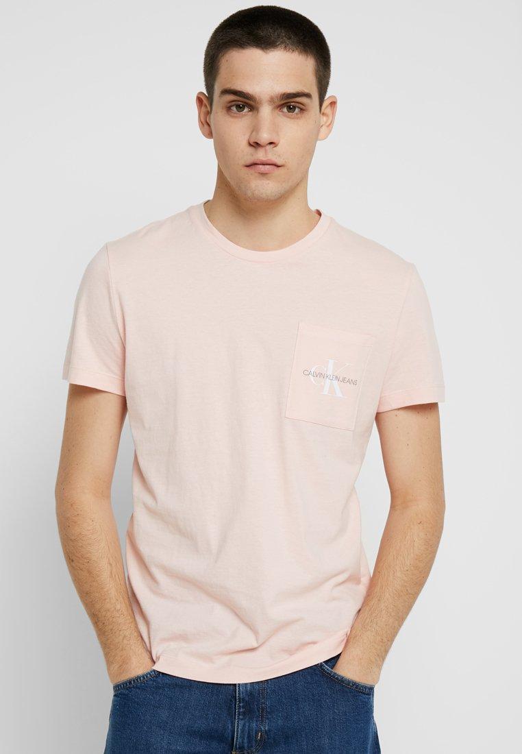 Calvin Klein Jeans - MONOGRAM POCKET SLIM TEE - T-Shirt print - pink