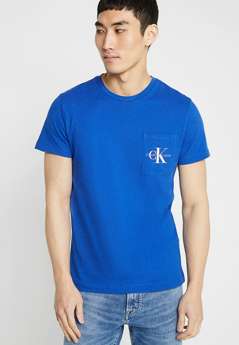 Calvin Klein Jeans - MONOGRAM POCKET SLIM TEE - T-shirt med print - blue
