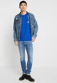 Calvin Klein Jeans - MONOGRAM POCKET SLIM TEE - T-shirt med print - blue - 1