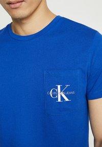 Calvin Klein Jeans - MONOGRAM POCKET SLIM TEE - T-shirt med print - blue - 5