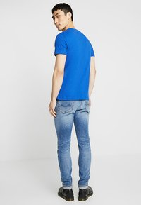 Calvin Klein Jeans - MONOGRAM POCKET SLIM TEE - T-shirt med print - blue - 2
