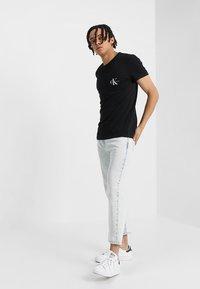 Calvin Klein Jeans - MONOGRAM POCKET SLIM TEE - T-shirts print - black - 1
