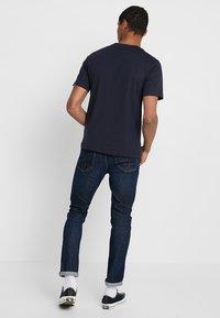 Calvin Klein Jeans - CHEST LOGO TEE - T-shirt med print - night sky - 2