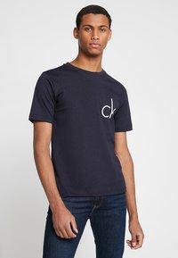 Calvin Klein Jeans - CHEST LOGO TEE - T-shirt med print - night sky - 0