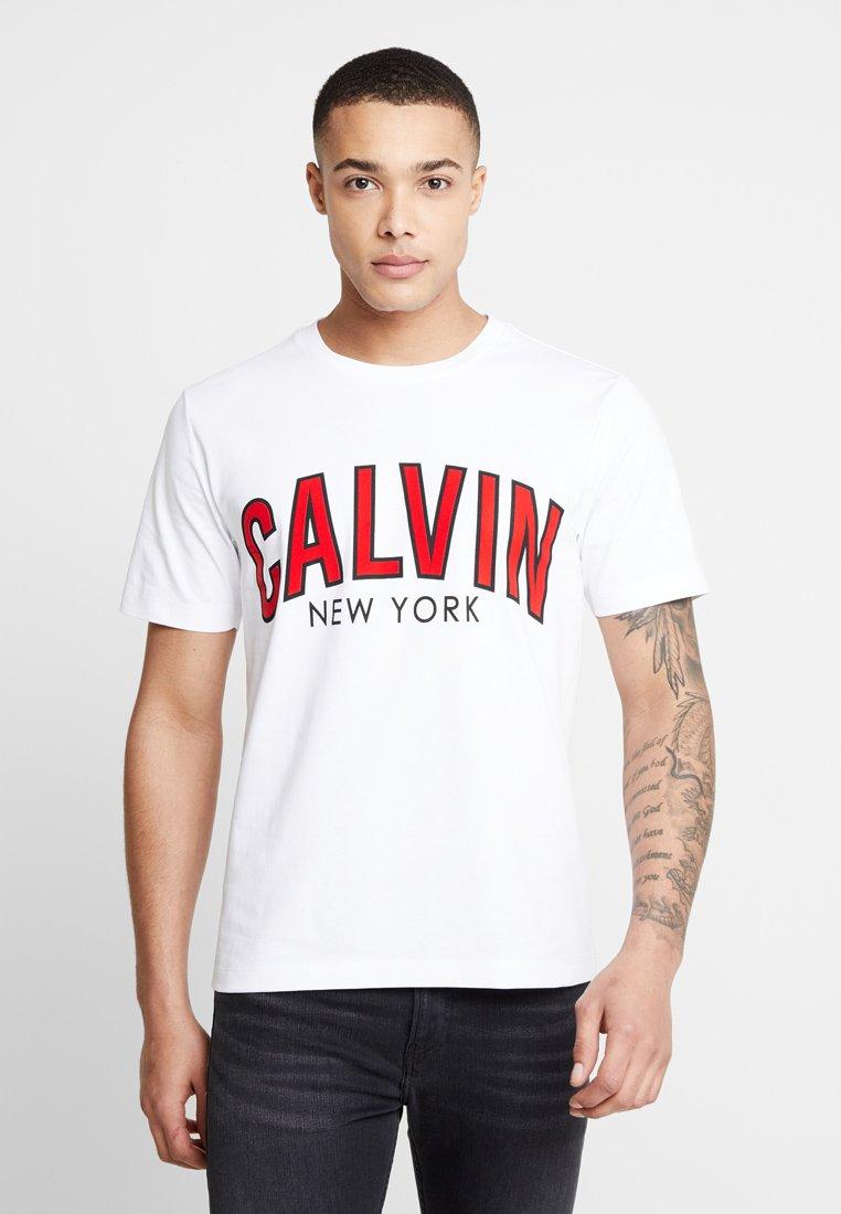 Calvin Klein Jeans - CALVIN CURVED VARSITY - T-Shirt print - white