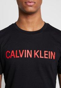 Calvin Klein Jeans - INSTIT LOGO SLEEVE TEE - Triko spotiskem - black - 6