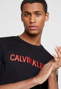 Calvin Klein Jeans - INSTIT LOGO SLEEVE TEE - Triko spotiskem - black - 3