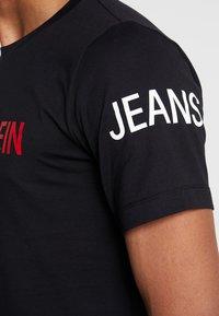 Calvin Klein Jeans - INSTIT LOGO SLEEVE TEE - Triko spotiskem - black - 4