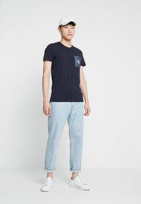 Calvin Klein Jeans - MONOGRAM POCKET SLIM TEE - Triko spotiskem - blue - 1