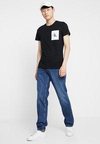 Calvin Klein Jeans - MONOGRAM POCKET SLIM TEE - Triko spotiskem - black - 1