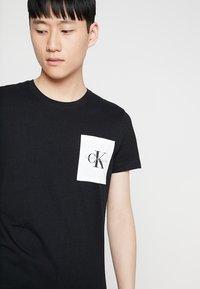 Calvin Klein Jeans - MONOGRAM POCKET SLIM TEE - Triko spotiskem - black - 3