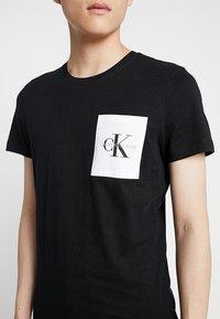 Calvin Klein Jeans - MONOGRAM POCKET SLIM TEE - Triko spotiskem - black - 5