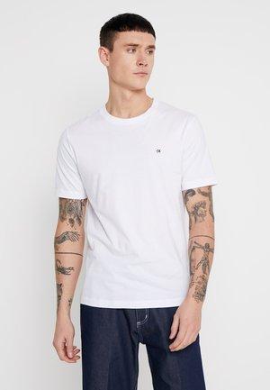 BADGE REGULAR TEE - Jednoduché triko - white