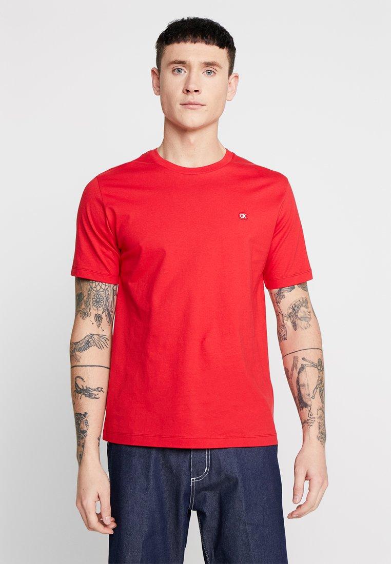 Calvin Klein Jeans - BADGE REGULAR TEE - T-shirt - bas - red