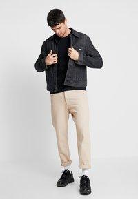 Calvin Klein Jeans - SLEEVES LOGO INSTIT TAPE - Triko spotiskem - black - 1
