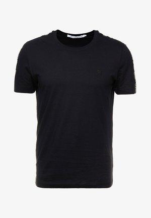 SLEEVES LOGO INSTIT TAPE - T-shirt z nadrukiem - black