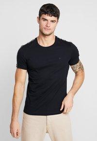Calvin Klein Jeans - SLEEVES LOGO INSTIT TAPE - Triko spotiskem - black - 0