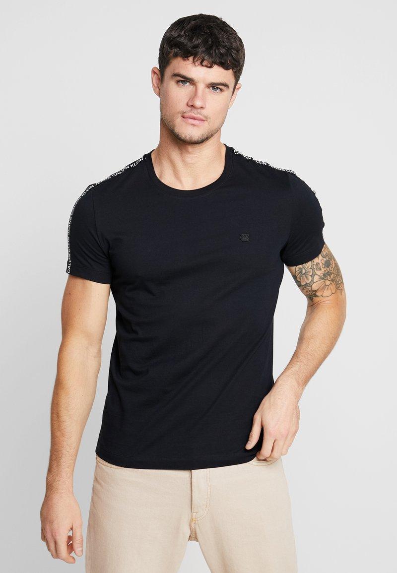 Calvin Klein Jeans - SLEEVES LOGO INSTIT TAPE - Triko spotiskem - black