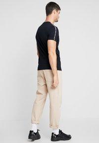 Calvin Klein Jeans - SLEEVES LOGO INSTIT TAPE - Triko spotiskem - black - 2