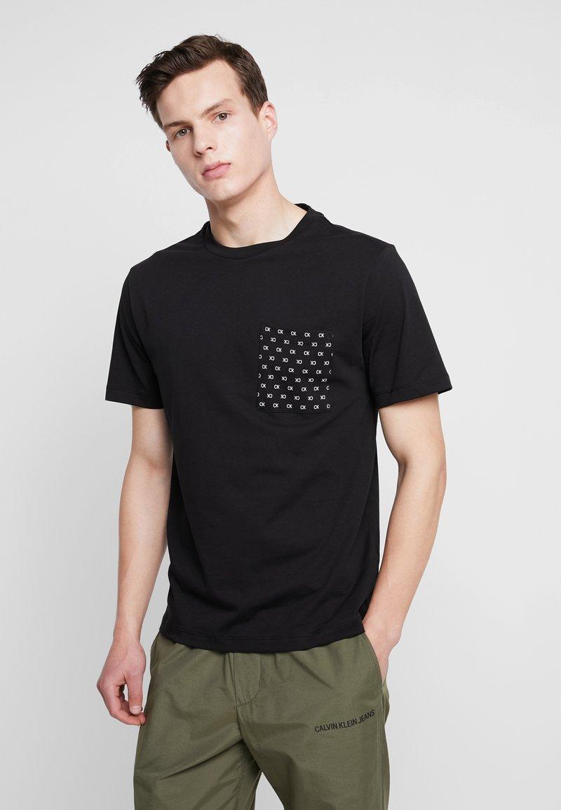 Calvin Klein Jeans - HERO LOGO - Triko spotiskem - black