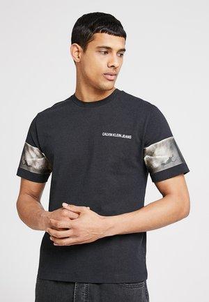 PHOTOGRAPHIC SLEEVES REGULAR FIT - T-shirt imprimé - black