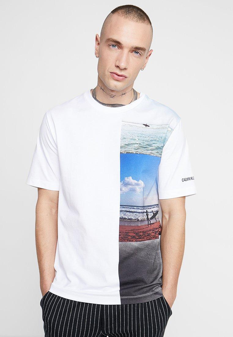 White Vertical Jeans Klein PhotographicT Imprimé shirt Calvin P0O8nwyNvm