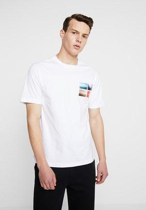 PHOTOGRAPHIC SMALL CHEST - T-shirt z nadrukiem - white
