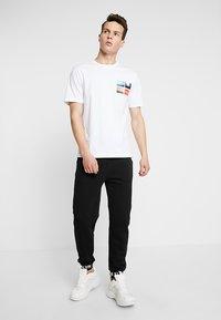 Calvin Klein Jeans - PHOTOGRAPHIC SMALL CHEST - T-shirt print - white - 1